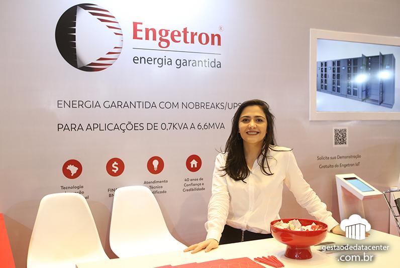 Letícia Ahouagi, gerente de Marketing da Engetron no estande da empresa, 12º Congresso RTI de Data Centers